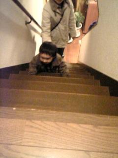 甥っ子階段はい上がる